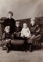 Gruppenbild von fünf Kindern