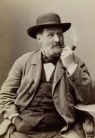 Mann mit Hut und rauchender Pfeife