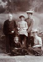 Gruppenbild einer fünfköpfigen Familie