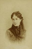 Frau mit Mittelscheitel und Häubchen