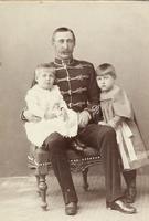 Offizier der k.u.k. Armee in Husarenuniform mit seinen zwei Kindern