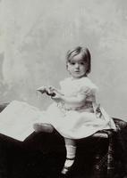 Kleines Kind mit Kasperl-Puppe und Bilderbuch