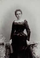 Frau mit dunklem dekolletierten Kleid