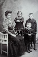 Gruppenbild einer Mutter mit ihren drei Kindern