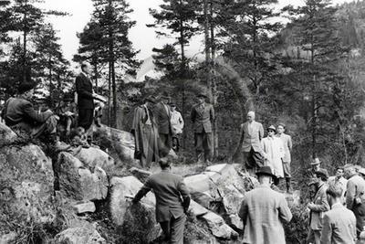 Metsänhoitajia retkeilemässä.