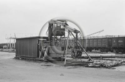 Osapuun tuoretiheyden mittausta veteen upottamalla. Junanvaunuja ja upotusallas Enso-Gutzeit Oy:n Imatran tehdasalueella.