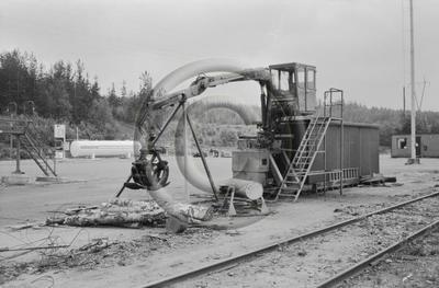 Osapuun tuoretiheyden mittausta veteen upottamalla. Upotusallas ja kuormain Enso-Gutzeit Oy:n Imatran tehdasalueella.