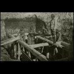 A volhyniai agyagos földben gerendákkal támasztják meg katonáink az állásokat
