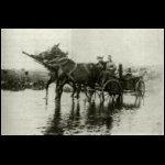 Osztrák-magyar tábori konyha és trén átkelése egy kiáradt folyón Volhyniában