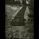 A felázott volliyniai talajba lépcsőket vájnak katonáink, hogy a fedezékekben közlekedhessenek