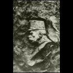 Királynak kőbevésett arcképe egy galíciai lövészárokban