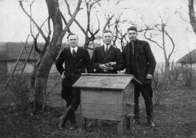 """Nuotrauka """"Trys vyrai prie avilio A. Veckos sodyboje Titkonių k., Pasvalio valščiuje"""""""