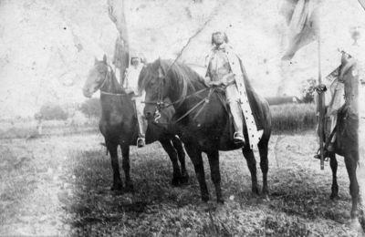 """Nuotrauka """"Raiteliai ant žirgų su karnavaliniais rūbais ir vėliavomis"""""""