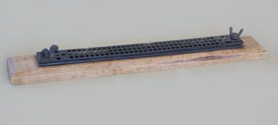 Prietaisas žakardinių staklių programos kartonams perforuoti