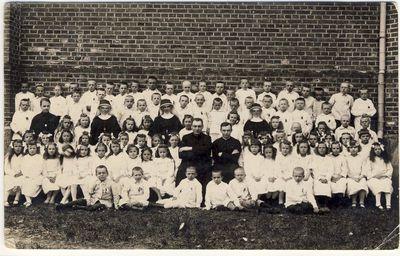 Kunigas Juozapas Norvila su vaikais pirmosios komunijos šventėje
