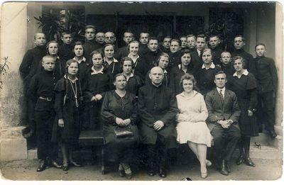 Anykščių vidurinės mokyklos mokiniai su mokytojais