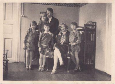 Nuotrauka. Poetas K. Binkis su šeima