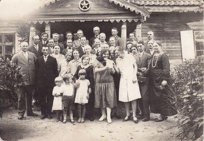Nuotrauka. Poetas K. Binkis su giminėmis kaime
