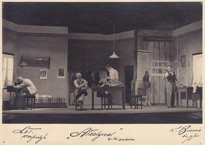 """Fotonuotrauka. Scena iš K. Binkio pjesės """"Atžalynas pastatymo"""