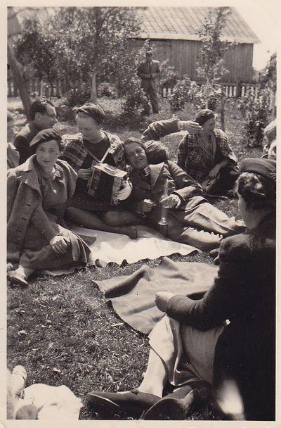 Nuotrauka. Poetas K. Binkis tarp iškylos dalyvių
