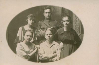 Nuotrauka. Rašytoja, pedagogė B. Buivydaitė su artimaisiais