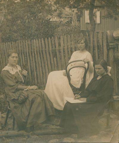 Nuotrauka. Rašytoja B. Buivydaitė su draugėmis