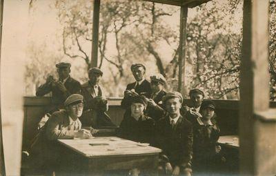Nuotrauka. J. Būtėnas tarp studentų ir gimnazistų