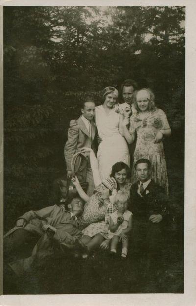 Nuotrauka. Rašytojas J. Būtėnas su draugais iškyloje