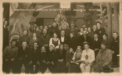Nuotrauka. Poetas, dramaturgas Butkų Juzė (Juozas Butkus) su artistais, jo pjesės pastatymo dalyviais
