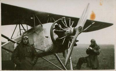 Fotografija. Rašytojas, lakūnas J. Dovydaitis prie lėktuvo