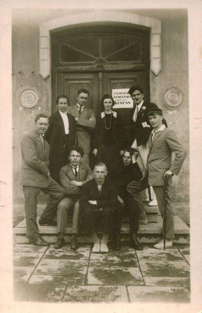 Nuotrauka. Prof. J. Eretas tarp Lieuvių Katalikų Jaunimo sąjungos kongreso štabo narių