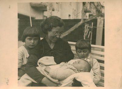 Nuotrauka. Rašytojo, žurnalisto A. Griciaus žmona ir vaikai