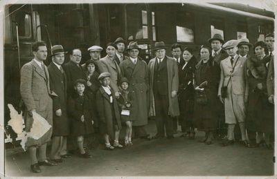 Fotonuotrauka. J. Grušas su žurnalistais ir juos išlydintys asmenys Kauno geležinkelio stotyje