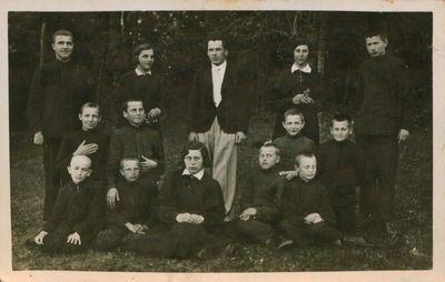 Fotonuotrauka.Mokytojas, poetas A. Gustaitis su mokiniais iškyloje