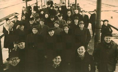 Fotonuotrauka. Keleiviai geležinkelio stotyje.Tarp jų – poetas A. Gustaitis, rašytojai A. Škėma ir S. Zobarskas