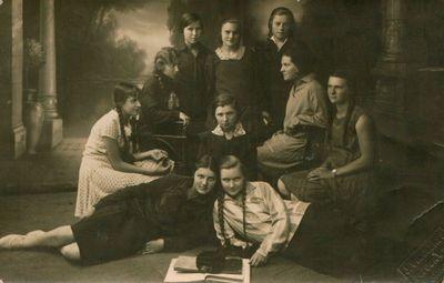 Fotonuotrauka. Mokytojų seminarijos studentės