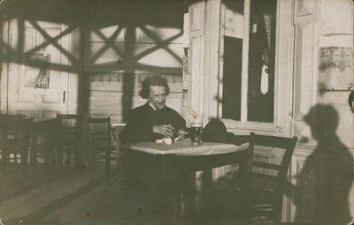 Fotonuotrauka. Kritikas, rašytojas J. A. Herbačiauskas lauko kavinėje