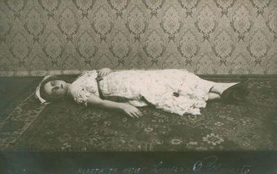 """Nuotrauka. O. Rymaitė atlieka Luizos vaidmenį  F. Šilerio dramoje """"Klasta ir meilė"""