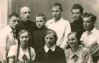 Fotonuotrauka. Gimnazistai. Tarp jų – būsimieji poetai, kritikai  M. Indriliūnas, E. Matuzevičius ir kiti