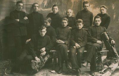 Fotonuotrauka. Gimnazistai. Tarp jų – būsimieji poetai M. Indriliūnas ir E. Matuzevičus