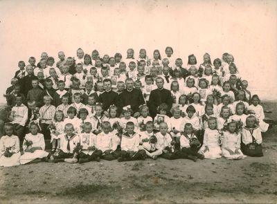 Fotonuotrauka. Vaikai pirmosios komunijos dieną