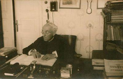 Fotonuotrauka. Kunigas, literatūros tyrinėtojas A. Jakštas-Dambrauskas savo namuose
