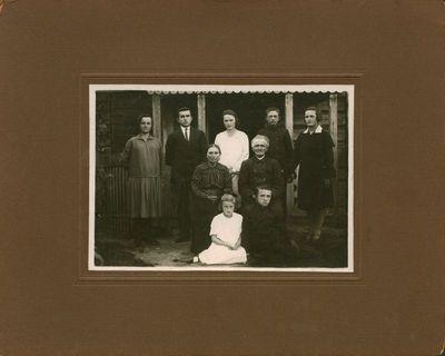 Fotonuotrauka. Kunigo, literatūros tyrinėtojo A. Jakšto-Dambrausko brolis su artimaisiais