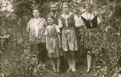 Nuotrauka. Rašytoja L. Janušytė su artimaisiais