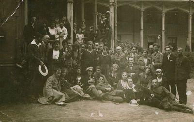 Nuotrauka. Dainos choristai prie Kurhauzo