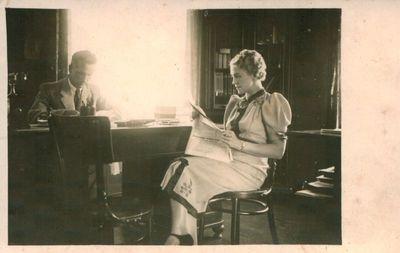 Nuotrauka. Poetas P. Lembertas su žmona namuose