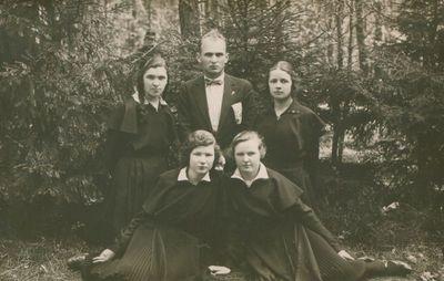 Nuotrauka. Pedagogas, rašytojas J. Paukštelis su savo auklėtinėmis iškyloje