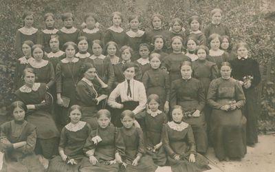 Nuotrauka. Rašytoja, pedagogė Šatrijos Ragana (M, Pečkauskaitė) tarp savo auklėtinių