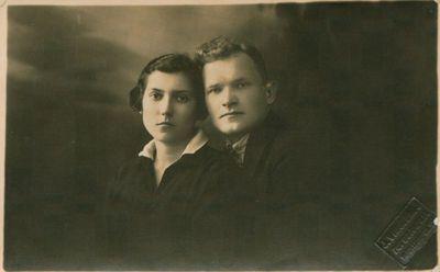 Nuotrauka. Rašytojas J. Pilyponis su sužadėtine O. Ražaite