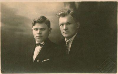 Nuotrauka. Rašytojas J. Pilyponis su draugu J. Kalvaičiu